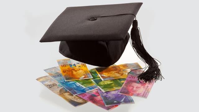 Geldnoten unter einem schwebenden Studentenhug