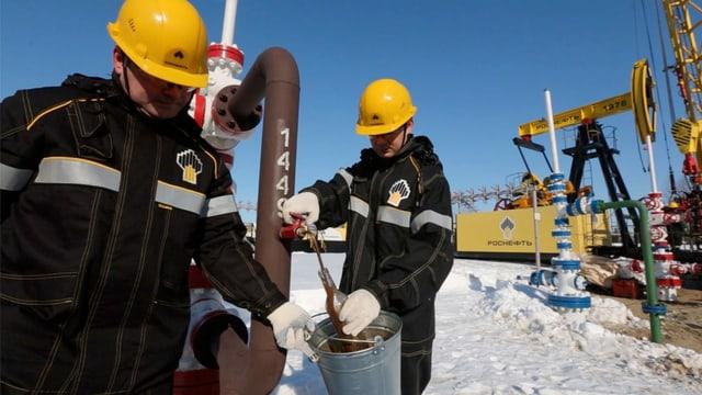 Zwei Mitarbeiter des staatlichen Ölunternehmens Rosneft zbei der Entnahme von Öl-Proben auf Samotlor.