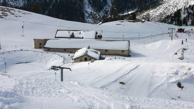 Purtret d'ina ustaria en il territori da skis.