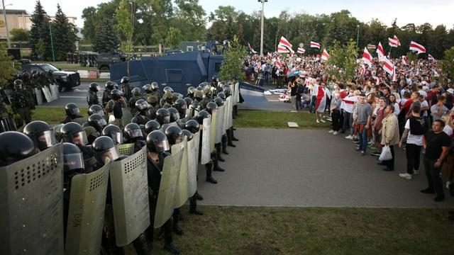 Militaer gegen Demonstranten
