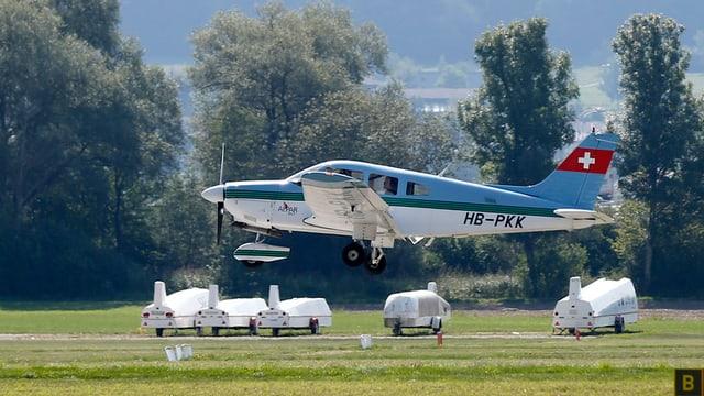 Kleines Flugzeug bei der Landung