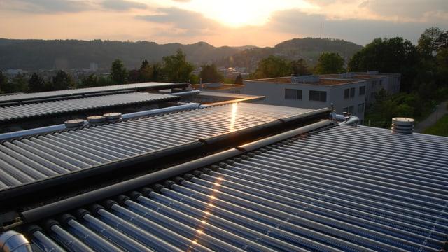 Eine Solarthermik-Anlage mit vielen Rohren auf einem Hausdach.