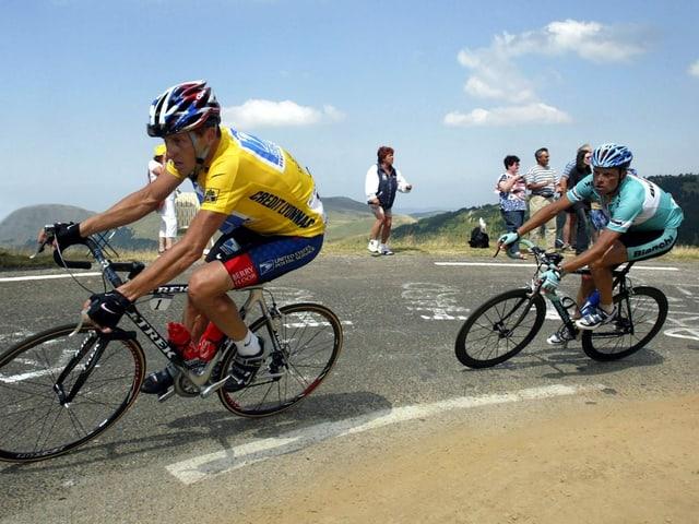 Jan Ullrich am Hinterrad von Lance Armstrong, hier an der Tour de France 2003.