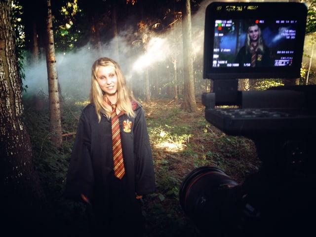 Alena sagt Danke in einer Happy Potter Uniform.