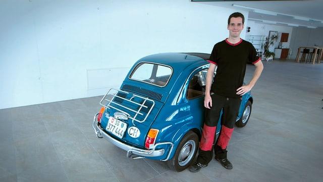 Bill Giger steht neben seinem blauen Fiat 500.