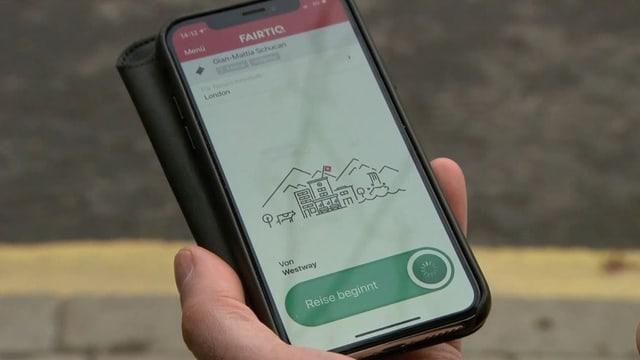 Blick auf ein Handy mit der Fairtiq-App.
