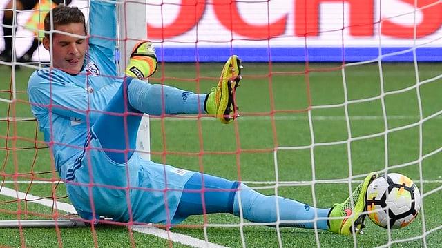 Lausanne-Goalie Thomas Castella hängt im Netz