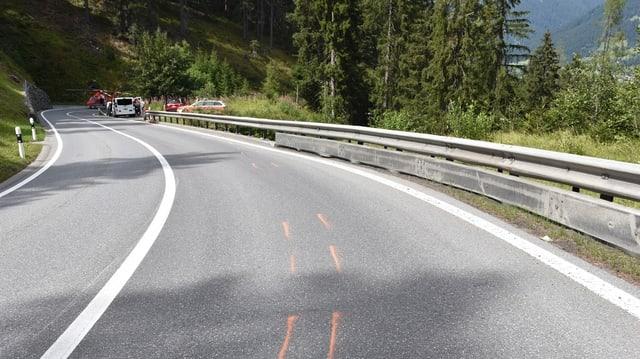 Purtret da la via cun segnà la via dal töf e davostier la Rega ed in auto da malsauns.