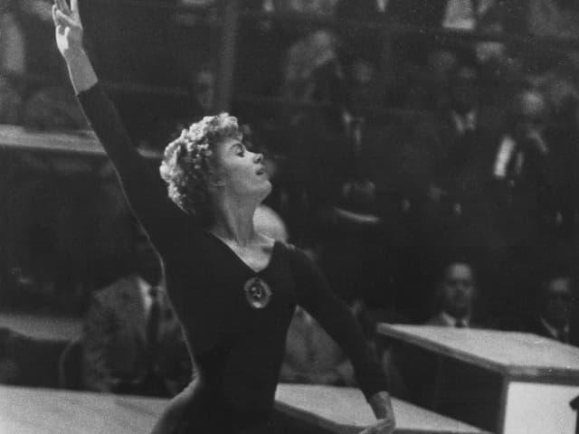 Larissa Latynina bei einer Bodenübung.