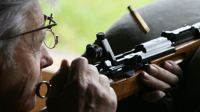 Ein Schütze löst eine Patronenhülse aus seinem Gewehr.