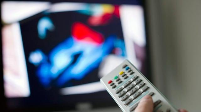 In apparat da telecumond ed ina televisiun.