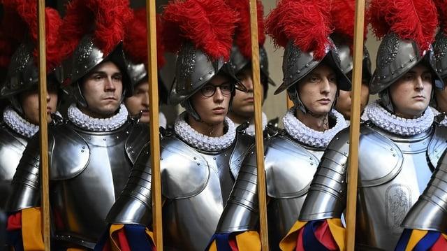 Schweizergardisten in Uniform.