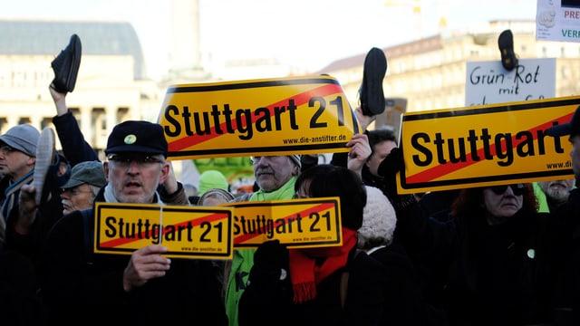 Menschen demonstrieren gegen das Grossbahnhofprojekt «Stuttgart 21».