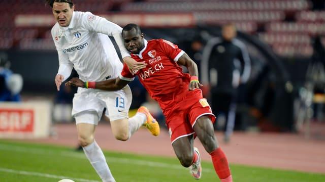 Moussa Konaté en il duel cun Alain Nef.
