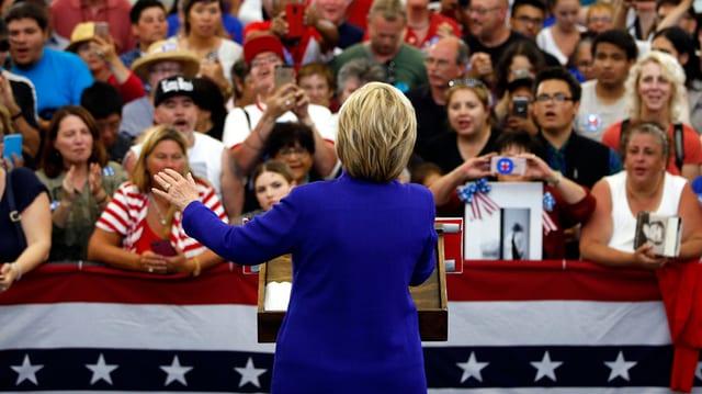 Hillary Clinton sa drizza ad aderents da sia partida.