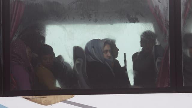 Frau in Fenster von Bus.