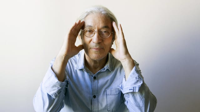 Der algerische Schriftstellers Boualem Sansal mit beiden Händen an der Stirn.