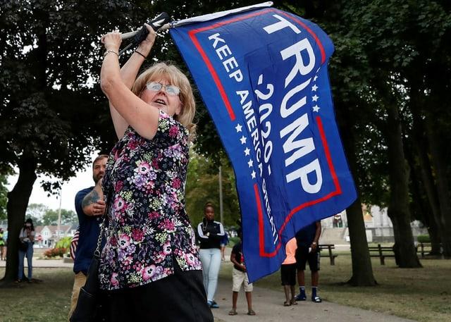 Trump Flagge mit Supporterin
