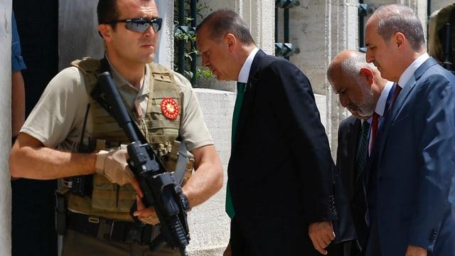 Erdogan beim Betreten der Fatih-Moschee in Istanbul vor wenigen Tagen, beschützt von einer bewaffneten Sicherheitskraft.