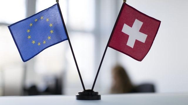 Symbolbild: Tischflaggen der EU und der Schweiz.