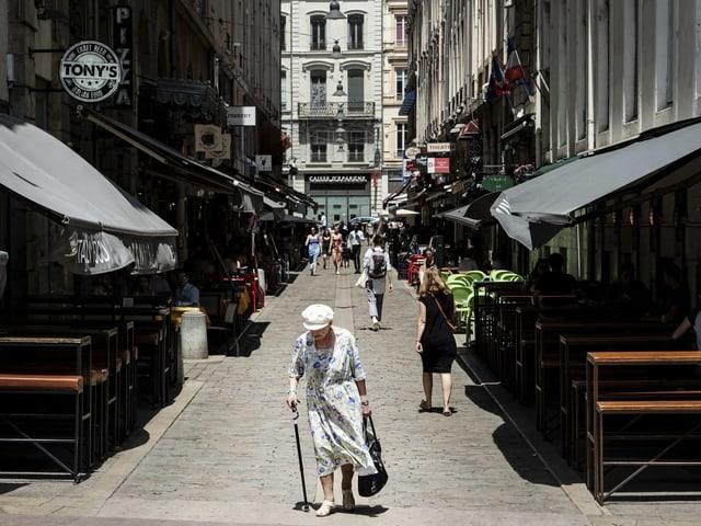 Alte Frau in einer Strasse