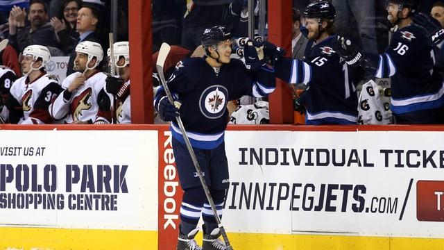 Nikolaj Ehlers lässt sich von der Winnipeg-Bank gratulieren.