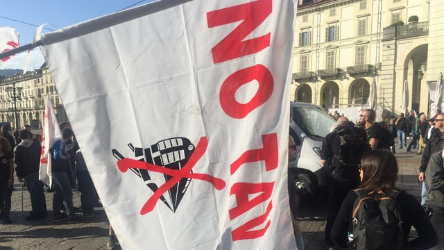 «No Tav»-Fahne an einer Demo gegen den Tunnel