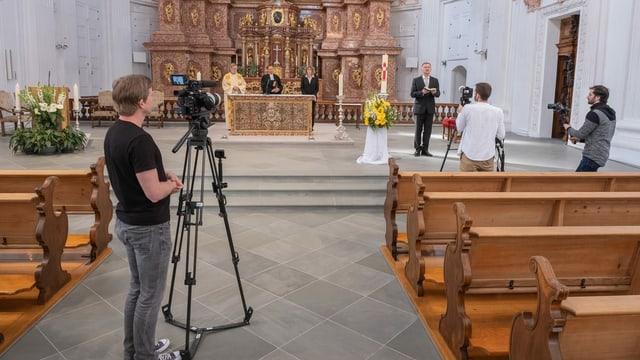 Kameramann filmt Priester