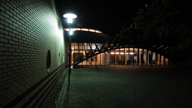 Eingang Schule bei Nacht.