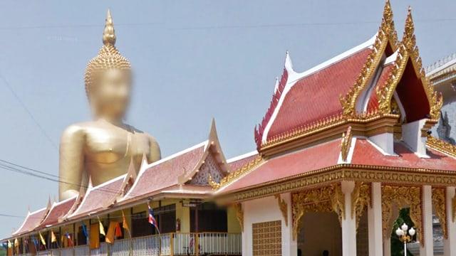 Street-View-Bild: Strasse in Thailand. Eine riesige Buddha-Statue mit verpixeltem Gesicht.