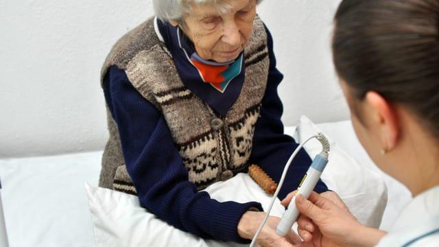 Krankenschwester bei alter Frau