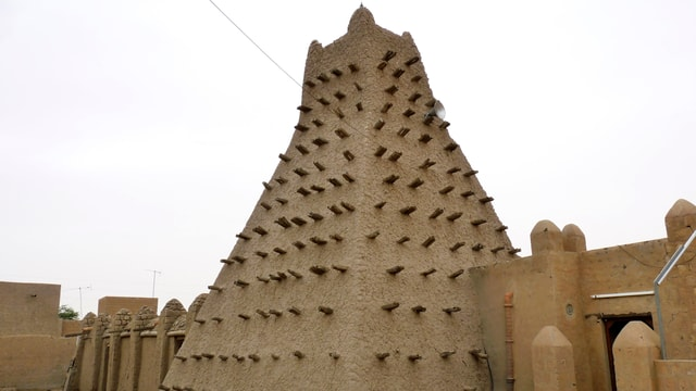 piramida d'arschiglia cun ritschas da lenn orizontalas