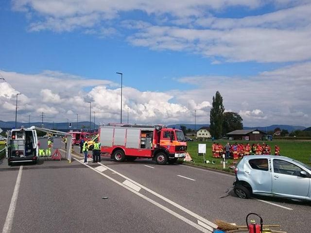 Vorne rechts sieht man das ramponierte Auto der verletzten Lenkerin.
