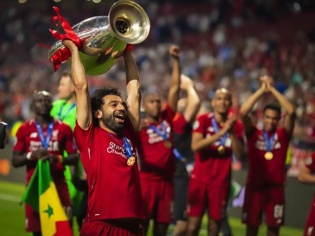 Mohamed Salah stemmt die Champions-League-Trophäe in die Höhe.