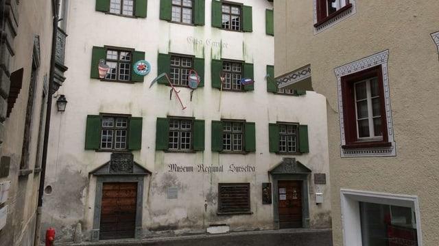 La fatschada sid cun l'entrada dal Museum Regiunal Surselva en la citad veglia da Glion.