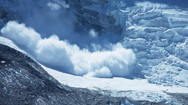 Eine Lawine donnert den Berg hinunter - es ist ein Symbolbild für den Lawinenniedergang im Berner Oberland.