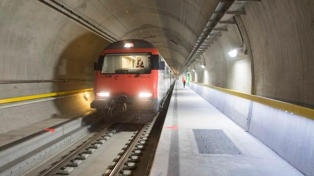 Tren da persunas sin viadi tras il tunnel da basa dal Gottard vers il sid.
