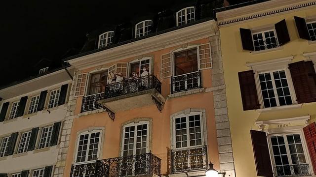In weiss gekleidete Menschen stehen auf einem Balkon in der Altstadt von Solothurn