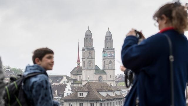 Touristen fotografieren sich auf dem Zürcher Lindenhof