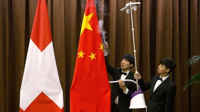 La bandiera svizra penda sper la chinaisa.