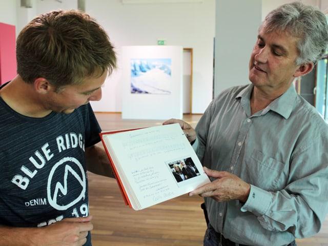 Reto Scherrer und der neue Besitzer des Tagebuches René Brogli im Museum.