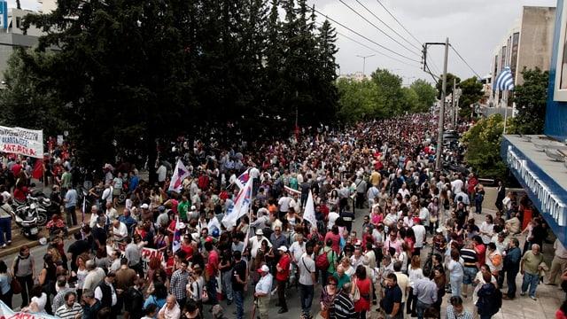Tausende Demonstranten vor dem Zentralgebäude der ERT.
