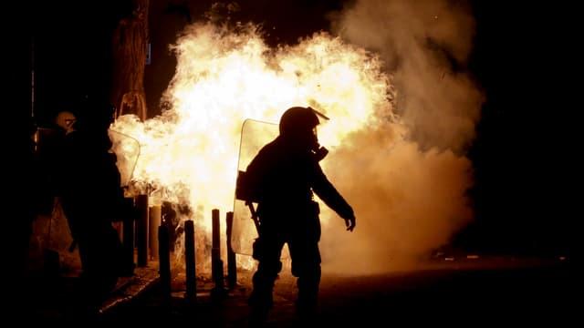 Ein Polizist kämpft gegen Linksautonome Randalierer