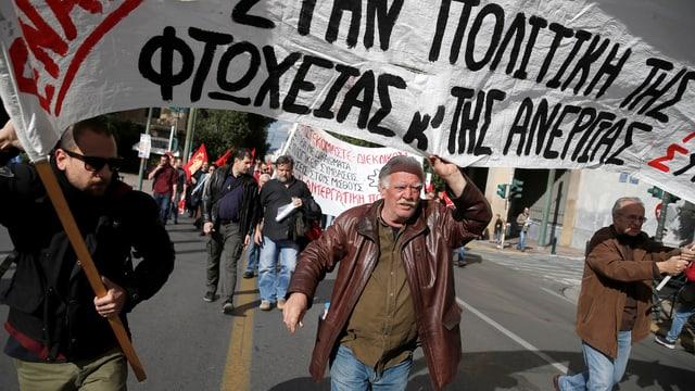 Männer demonstrieren mit Transparent.