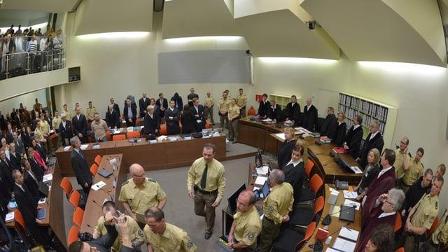 Blick auf die Anklagebank im Gerichtssaal am Oberlandesgericht München.