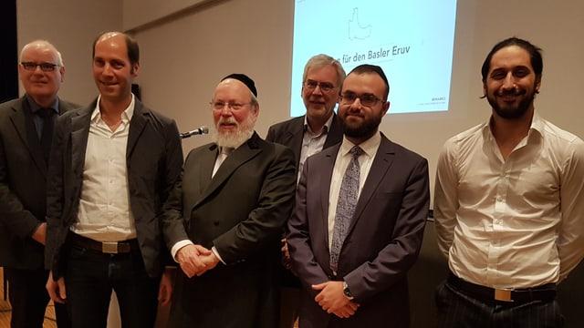 Rabbiner Moshe Baumel und seine Mitsteiter für einen Eruv posieren anlässlich der Medienorientierung.