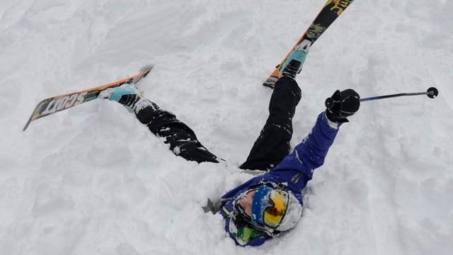 Kind mit Skis im Schnee