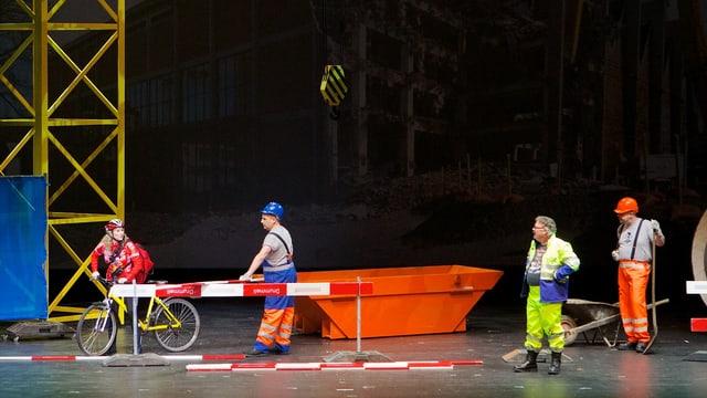 Drummeli Rahmenspiel-Szene mit einer Baustelle, Bauarbeitern und einer Velofahrerin.