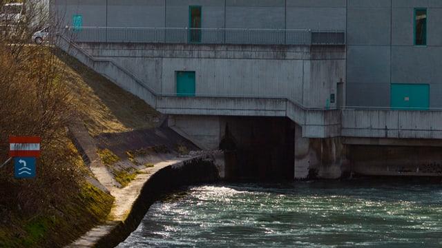 Nahaufnahme Fluss fliessst in eine Betonwand des Kraftwerks
