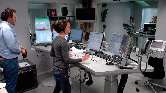 Ils studio da radio SRF a Berna cun moderaturs da novitads.